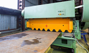 a picture of a steel guillotining cutting machine